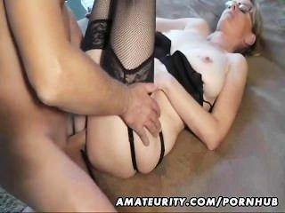 섹시한 아마추어 유부녀가 사춘기에 사춘기를 빨고 섹스.