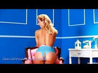 라텍스 바비가 그녀의 음부를 섹스