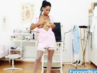 뜨거운 latina 간호사 내부 음모 자궁경 부시 근접 촬영