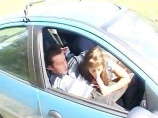 자동차에있는 아랍 베이비 사미아