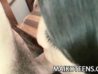 사춘기 일본 airi kawaguchi는 그녀의 털이 많은 고양이에있는 거시기를 미끄러진다