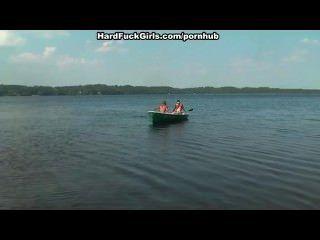 금발의 남자가 호수에서 보트에 열심히 잤어.