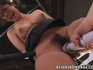 일본 아가씨는 음부에 낚싯 바늘을 입는다.