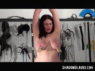 하드 코어 bdsm 세션에서 그녀의 여주인에 의해 고문 동성애 slavegirl alyss