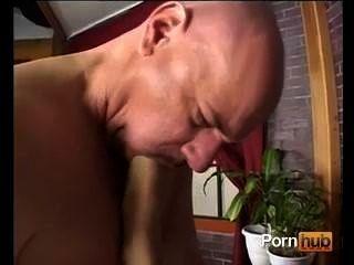 여자가 남자 뚱뚱한 엉덩이를 먹어.