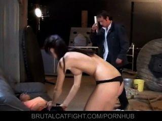 젊은 후원자는 그녀의 하녀 직원의 엉덩이를 이겼습니다.