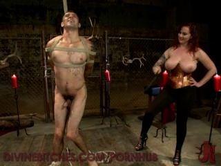 busty redheaded 여신 애 태우고 새로운 노예를 사용합니다.