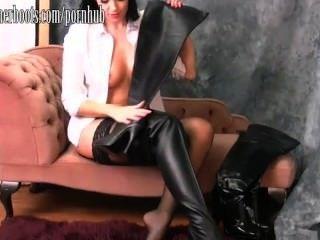 뜨거운 busty 베이비 그녀의 허벅지 높은 가죽 부츠에 박 았