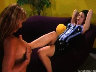 여주인 나타샤 스위트가 애완 동물을 발 숭배로 압도한다.
