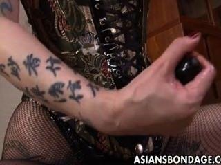 거친 아시아 여주인은 그녀의 달콤한 노예 소녀를 쟁기로 만듭니다.