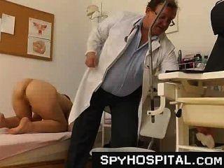 숨겨진 캠을 가진 오래 된 더러운 뱃사공 의사