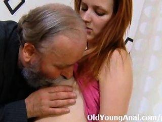 sveta는 구부러지고 그녀의 엉덩이는 그녀의 나이 든 남자에 의해 열심히 성교했다.