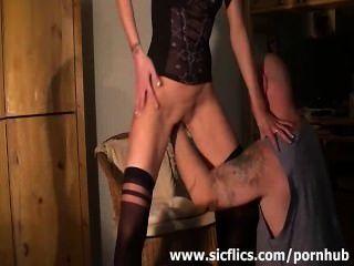 마른 아마추어 아내는 잔인하게 그녀의 난파 된 구멍에 주먹을 쌌다.