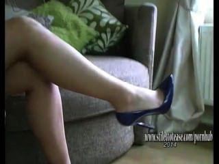 예쁜 다리를 가진 예쁜 소녀는 섹시한 란제리와 하이힐에서 페티쉬를 뻣뻣하게합니다.