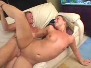 그녀의 피트니스 트레이너로부터 좋은 섹스를 즐기고있는 금발의 브리아나 해변