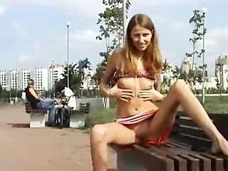 러시아 소녀 스트립 야외