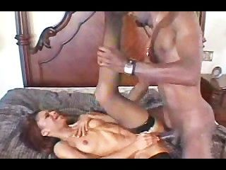 흑단 암컷이 그녀의 성관계를 필요로합니다.
