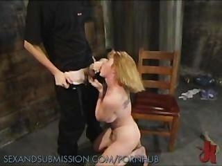 소녀는 거칠게 젖 혔어.