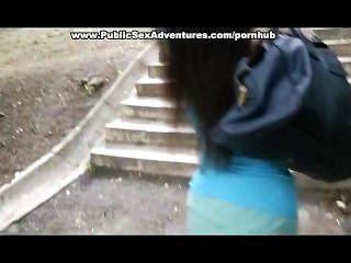 젊은 아가씨는 공공 거리에서 그녀의 가슴을 보여줍니다.