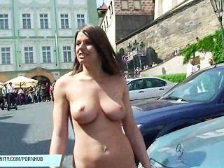 monalee는 공공 거리에 그녀의 가슴을 보여줍니다.