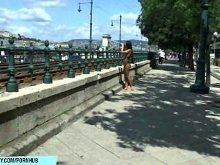 달콤한 베일리는 거리에서 그녀의 섹시한 알몸을 보여준다.