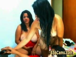 웹캠에서 벗고있는 어린 소녀 3 명