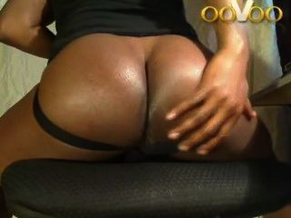 큰 검은 엉덩이를 보여주는 oovoo webchat