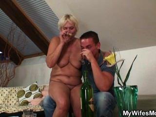 아내가 그 늙은 엄마를 잡아 먹는다.