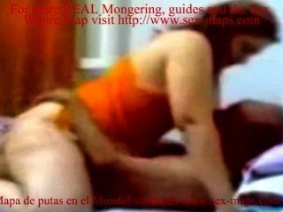 호텔 방 숨겨진 캠 비디오에서 노인을 타고있는 거대한 인도 창녀