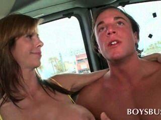 소년 버스에서이 사람을 정말로 흥분하게하는 busty 베이비