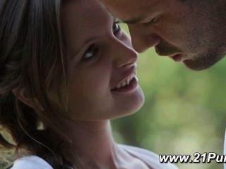 자연의 작은 가슴을 가진 십대는 그녀의 남자 친구와 사랑을 나눕니다.