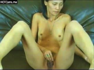 그녀의 음부를 문지르는 마른 아시아 milf