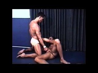 조끼 끈에 근육 에로 레슬링