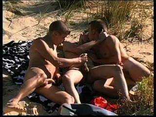 3 명의 사랑스러운 녀석들은 나체 주의자 해변에서 매우 섹스를합니다.