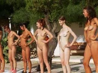 러시아 수영장에서 여섯 알몸 병아리
