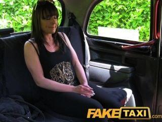 faketaxi 결혼 한 여자는 좋은 하드 빌어 먹을 걸립니다.