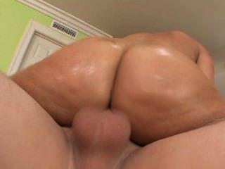 호색한 갈색 머리는 통통한 엉덩이와 소파에 좆된다.