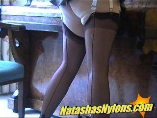 품위있는 금발 영어 영어 유부녀 주부 스타킹에 그녀의 창녀 쪽을 보여줍니다