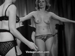 암컷은 그녀의 여자 노예를 채찍에 맞아 사랑한다.