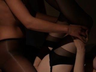 거울 앞에서 섹스를하는 레즈비언
