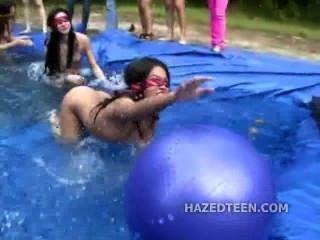 야외 십대 소녀는 알몸의 파티를 개최