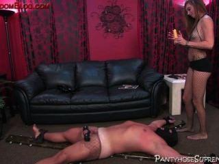 그녀의 남자 노예 복종 제어 부팅 된 femdom 암컷