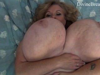 busty blonde bbw milf jiggles 그녀의 거대한 큰 가슴 suzie 괴물 가슴있다