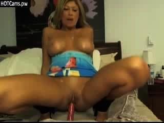 그녀의 음부와 엉덩이를 놀고있는 거대한 아가씨