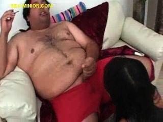 갈색 머리가 털이 뚱뚱한 남자를 빨아 먹는다.