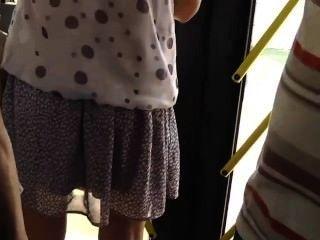버스에서 뜨거운 여자애를 감시 중이다.