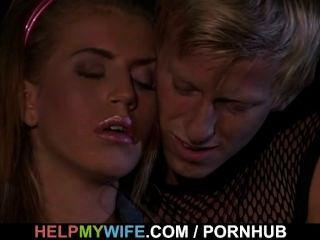 그는 돈을 위해 흥분한 여자를 핥고 성교시킵니다.
