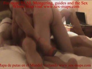 두 남자가 침대에 매춘부를 성교 시켰어.