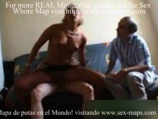 노인은 매춘부를 \u003c2ko\u003e다.