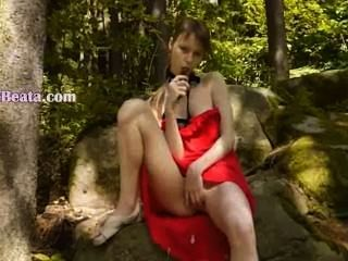 유리에있는 그녀의 여성형 구멍에있는 유리제 dildo